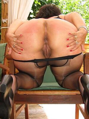 big booty mature posing nude