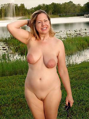 bare-ass mature wemon posing