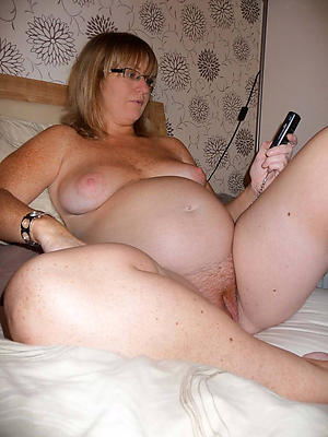 mature silver-tongued pussy posing nude