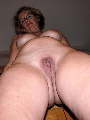 free full-grown vulva posing nude