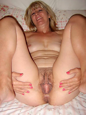 sweet mature pussy posing nude