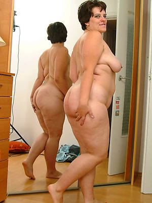 big booty mature milf posing nude