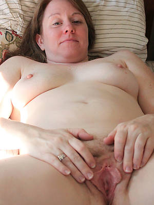amateur hot mature cunt posing in the altogether