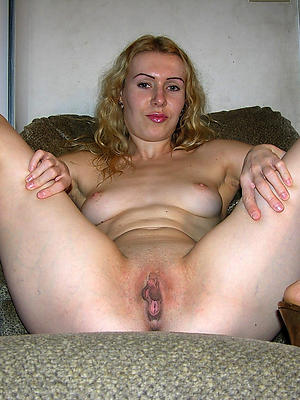mature shave pussy posing nude