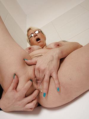 mature dame masturbating porn dusting download