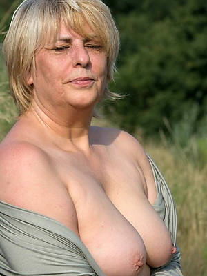 mature moms naked displaying her pussy