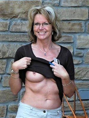 real mature milfs displaying her pussy