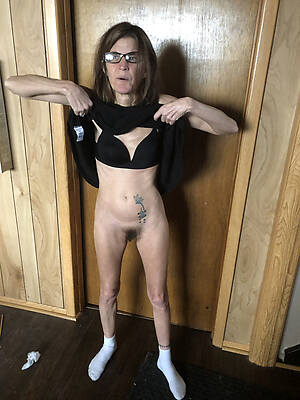 skinny matured moms displaying her pussy