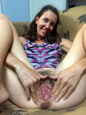 unshaved starkers women displaying her pussy