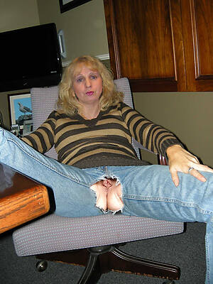 milf in jeans displaying her pussy