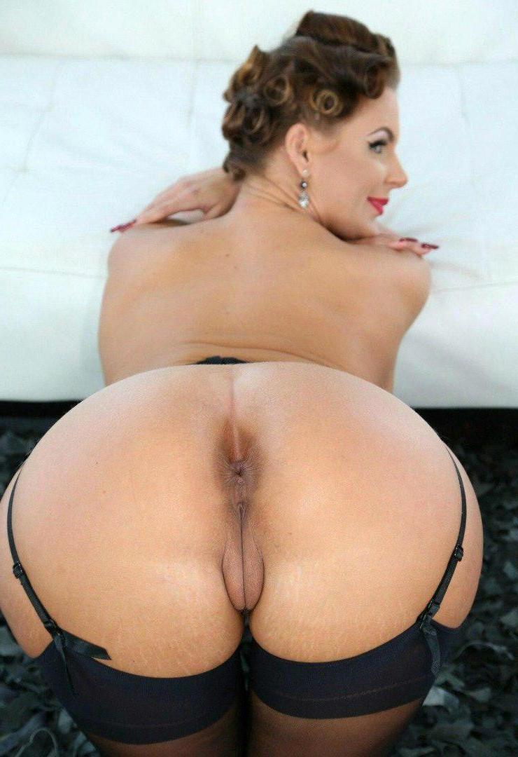 Big Booty Posing Porno